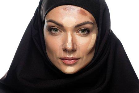 Photo pour Jeune musulmane en hijab avec contour facial isolé sur blanc - image libre de droit