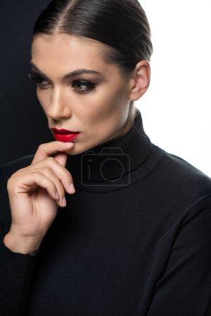 Photo pour Belle femme aux lèvres rouges et la main sur le menton isolé sur blanc et noir - image libre de droit