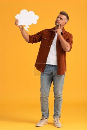 Photo pour Homme pensif tenant une bulle de pensée sur orange - image libre de droit