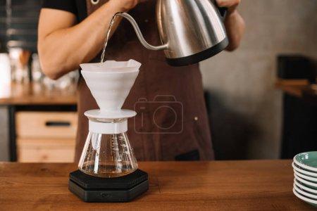 Foto de Vista panorámica del barista que hace café filtrado - Imagen libre de derechos