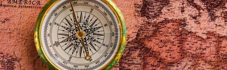 Photo pour Photo panoramique de la boussole d'or près de la carte - image libre de droit