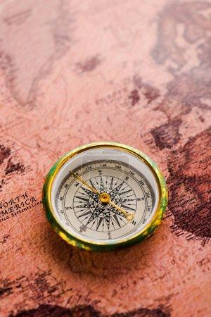 Photo pour Top vue de la boussole dorée sur la carte - image libre de droit