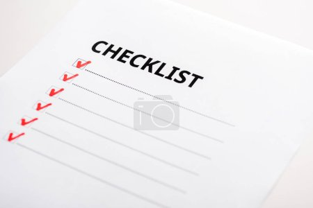 Photo pour Gros plan de papier avec des lettres de check-list isolées sur blanc - image libre de droit