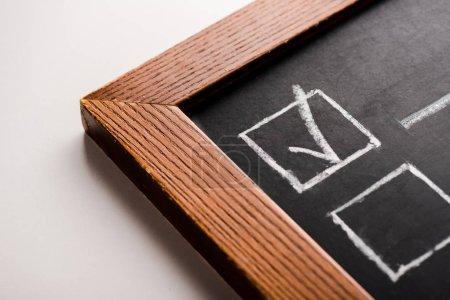 Photo pour Gros plan de la planche à craie avec tique blanche sur blanc - image libre de droit