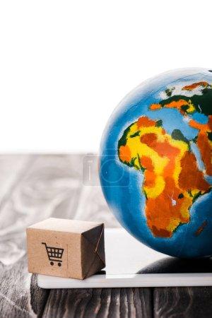 Photo pour Coffre à jouets et globe coloré sur tablette numérique isolé sur blanc, concept de commerce électronique - image libre de droit