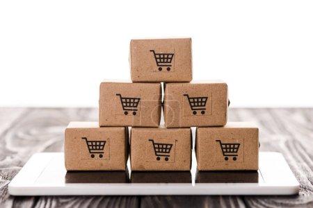 Photo pour Mise au point sélective de boîtes à jouets sur des tablettes numériques isolées sur du blanc, concept de commerce électronique - image libre de droit