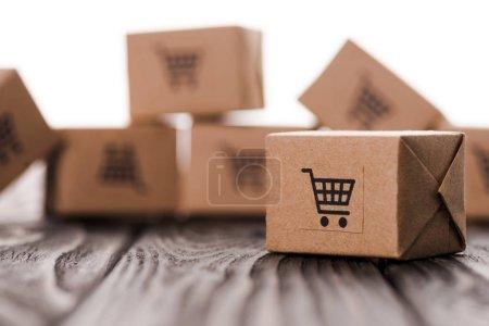 Photo pour Fermer les boîtes en carton sur la table isolée sur blanc, concept e-commerce - image libre de droit
