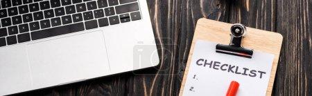 Photo pour Plan panoramique de l'ordinateur portable près de la check-list et marqueur stylo sur la table, concept e-commerce - image libre de droit