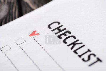 Photo pour Gros plan de la liste de vérification avec coche rouge - image libre de droit