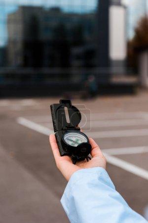 Photo pour Vue recadrée de femme tenant compas à l'extérieur - image libre de droit