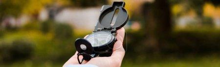 Photo pour Plan panoramique de femme tenant boussole rétro - image libre de droit