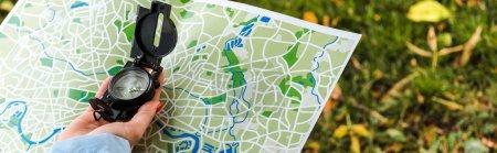 Photo pour Plan panoramique de la femme tenant carte et boussole vintage à l'extérieur - image libre de droit