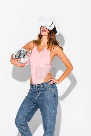 Photo pour Joyeuse fille en santa chapeau tenant le ballon disco sur blanc - image libre de droit