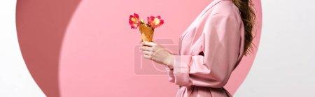 Photo pour Photo panoramique d'une femme tenant un cône de crème glacée avec des fleurs blanches et roses - image libre de droit
