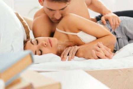 Photo pour Foyer sélectif de copain câlin copine attrayante dans l'appartement - image libre de droit