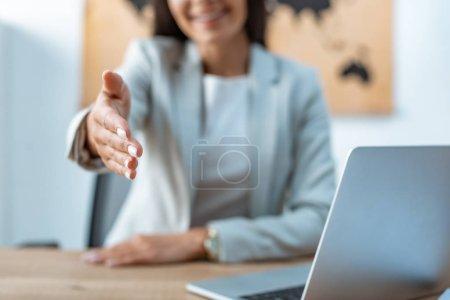 wybiórcze skupienie biura podróży wyciągając rękę w znak transakcji