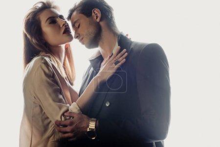 Foto de Atractiva mujer abrazando con guapo hombre aislado en blanco - Imagen libre de derechos