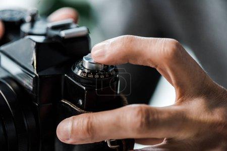 Foto de Visión aproximada del hombre biracial que tiene cámara digital en el apartamento - Imagen libre de derechos