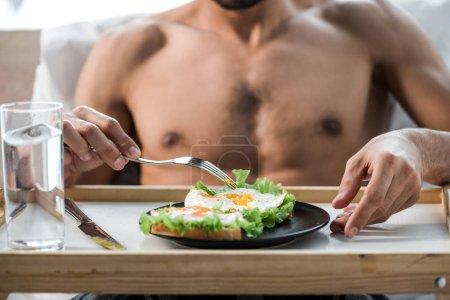 abgeschnittene Ansicht von sexy bi-rassischen Mann beim Frühstück am Morgen