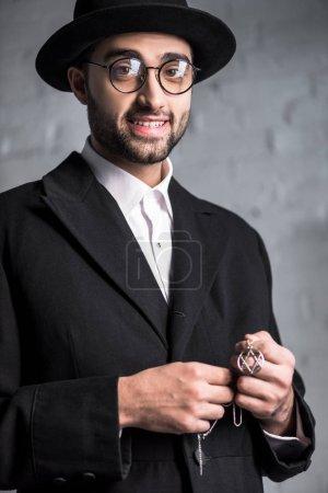 Photo pour Bel homme juif souriant dans des lunettes tenant étoile de collier david - image libre de droit