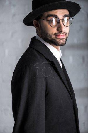 guapo judío en gafas mirando a la cámara