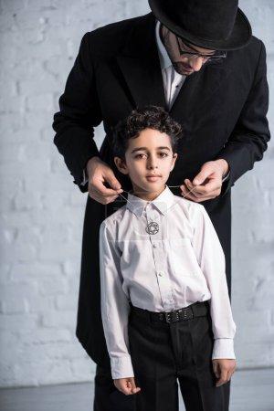 Photo pour Beau père juif portant étoile de collier david sur son fils - image libre de droit