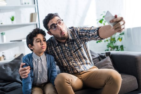 Jüdischer Vater macht Selfie mit süßem Sohn in Wohnung