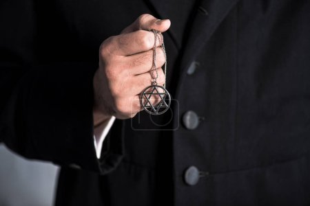 Photo pour Cropping view of jewish man holding star of david necklace - image libre de droit