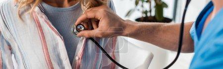 Photo pour Plan panoramique du médecin examinant la femme en clinique - image libre de droit
