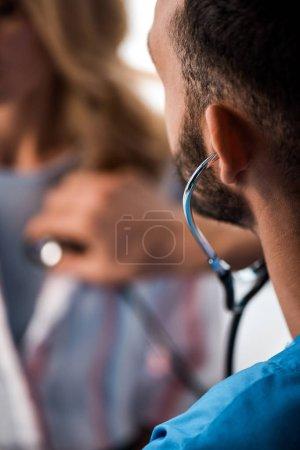 orientation sélective du médecin examinant la femme à l'hôpital