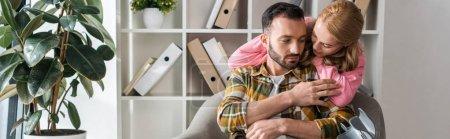 Photo pour Plan panoramique de femme étreignant petit ami à la maison - image libre de droit