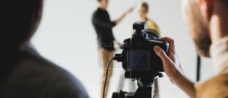 Photo pour Photo panoramique du producteur et photographe photo du mannequin et coiffeur dans les coulisses - image libre de droit
