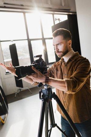 Photo pour Photographe en colère prendre des photos avec appareil photo numérique sur les coulisses - image libre de droit