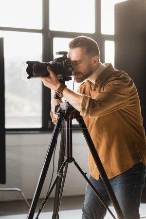 Foto de Photographer taking photo with digital camera on backstage - Imagen libre de derechos