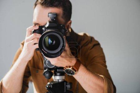 Photo pour Mise au point sélective du photographe prenant des photos avec appareil photo numérique dans les coulisses - image libre de droit