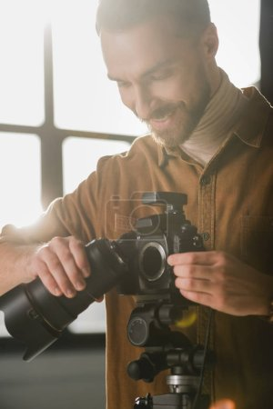 Photo pour Photos souriantes et jolies détails de l'appareil photo numérique dans les coulisses - image libre de droit