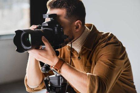 Photo pour Photographe prenant des photos avec appareil photo numérique dans les coulisses - image libre de droit