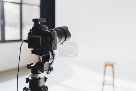 Photo pour Mise au point sélective de l'appareil photo numérique dans les coulisses du studio photo - image libre de droit