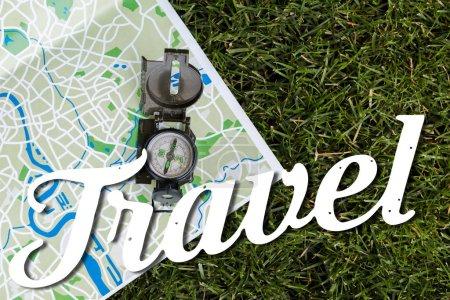 Photo pour Vue du dessus de boussole vintage sur la carte près des lettres de voyage - image libre de droit