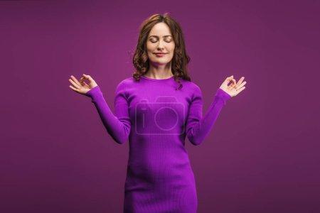 Photo pour Femme positive méditant les yeux fermés sur fond violet - image libre de droit