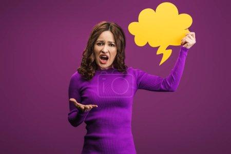 irritierte Frau schreit, während sie Gedankenblase auf lila Hintergrund hält