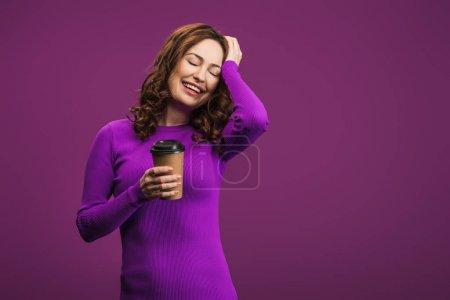 Photo pour Rire fille toucher la tête tout en tenant du café pour aller sur fond violet - image libre de droit
