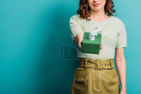 Photo pour Vue recadrée de femme triste tenant des serviettes en papier sur fond bleu - image libre de droit