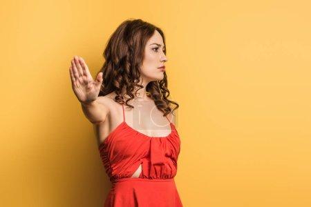 Foto de Chica disgustado mostrando gesto de stop sobre fondo amarillo - Imagen libre de derechos