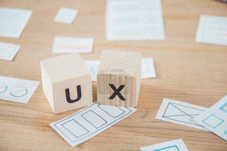 Photo pour Concentration sélective de cubes en bois avec lettre ux et mises en page sur la table - image libre de droit