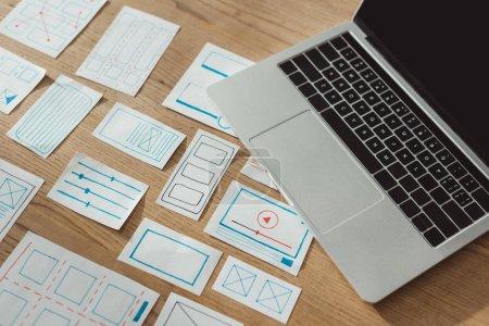 Photo pour Vue grand angle des croquis de développement d'applications ux et de l'ordinateur portable sur une table en bois - image libre de droit