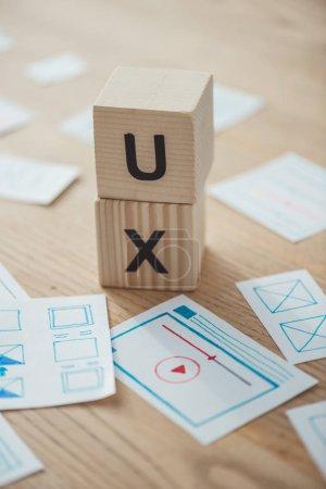 Photo pour Mise en page sélective des modèles de site Web et des cubes avec les lettres X sur le tableau - image libre de droit