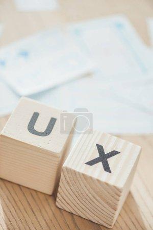 Photo pour Focalisation sélective des lettres ux sur les cubes en bois sur la table - image libre de droit