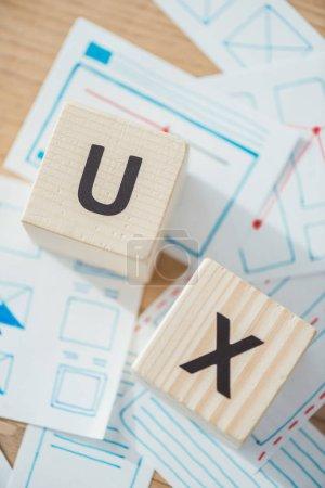 Foto de Vista superior de la carta ux en cubos de madera con diseños de plantilla del sitio web en la mesa. - Imagen libre de derechos