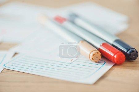 Photo pour Accent sélectif des stylos sur l'expérience de l'utilisateur esquisses sur table en bois - image libre de droit